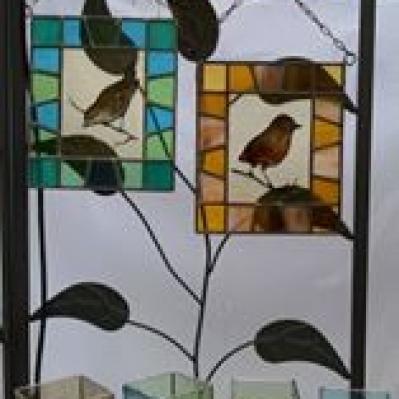 Tre vetratine con ucellini, sotto bicchierini con inserto in vetrofusione