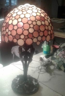 Lampada Tiffany realizzata a tondini con vetro opale rosa in diverse sfumature